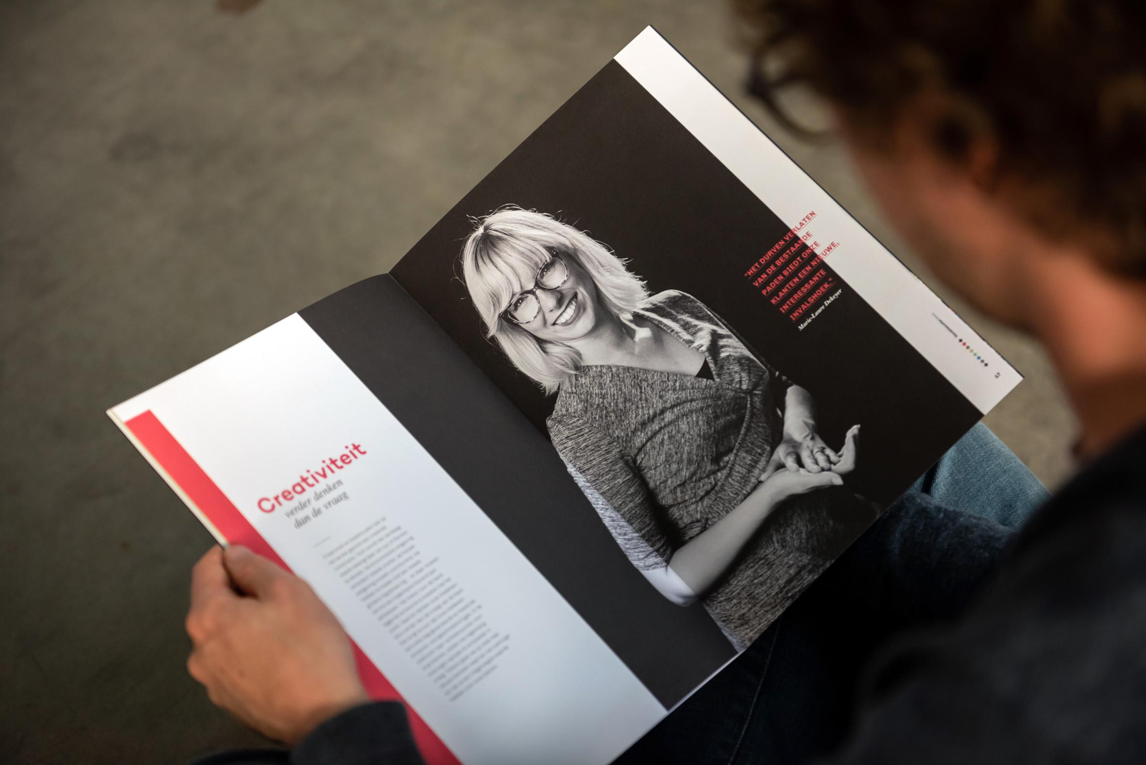 Via zwart-witportretten van medewerkers worden de waarden van Vandelanotte belicht in het magazine