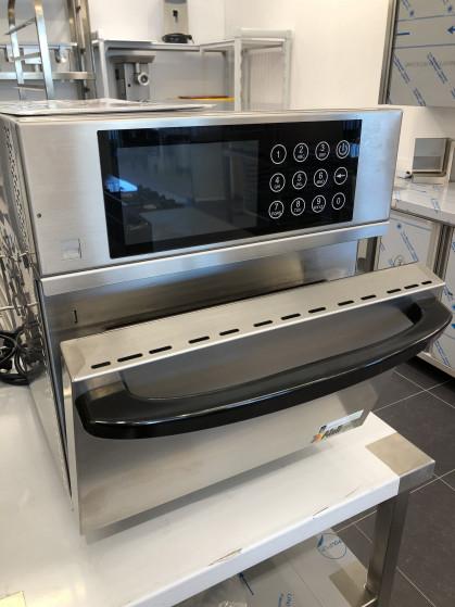 De beproefde hybride oven die impingement- en microgolftechnologie combineert, maakt bakken,...