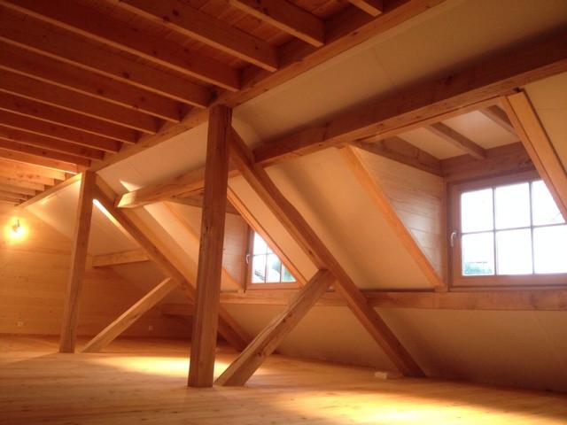 Deze eiken houten dakstructuur van deze houten caport met guesthouse werd gerealiseerd door Vanhauwood. Voor de opbouw van de structuur werd gebruik gemaakt van een eiken houten bouwpakket op maat.