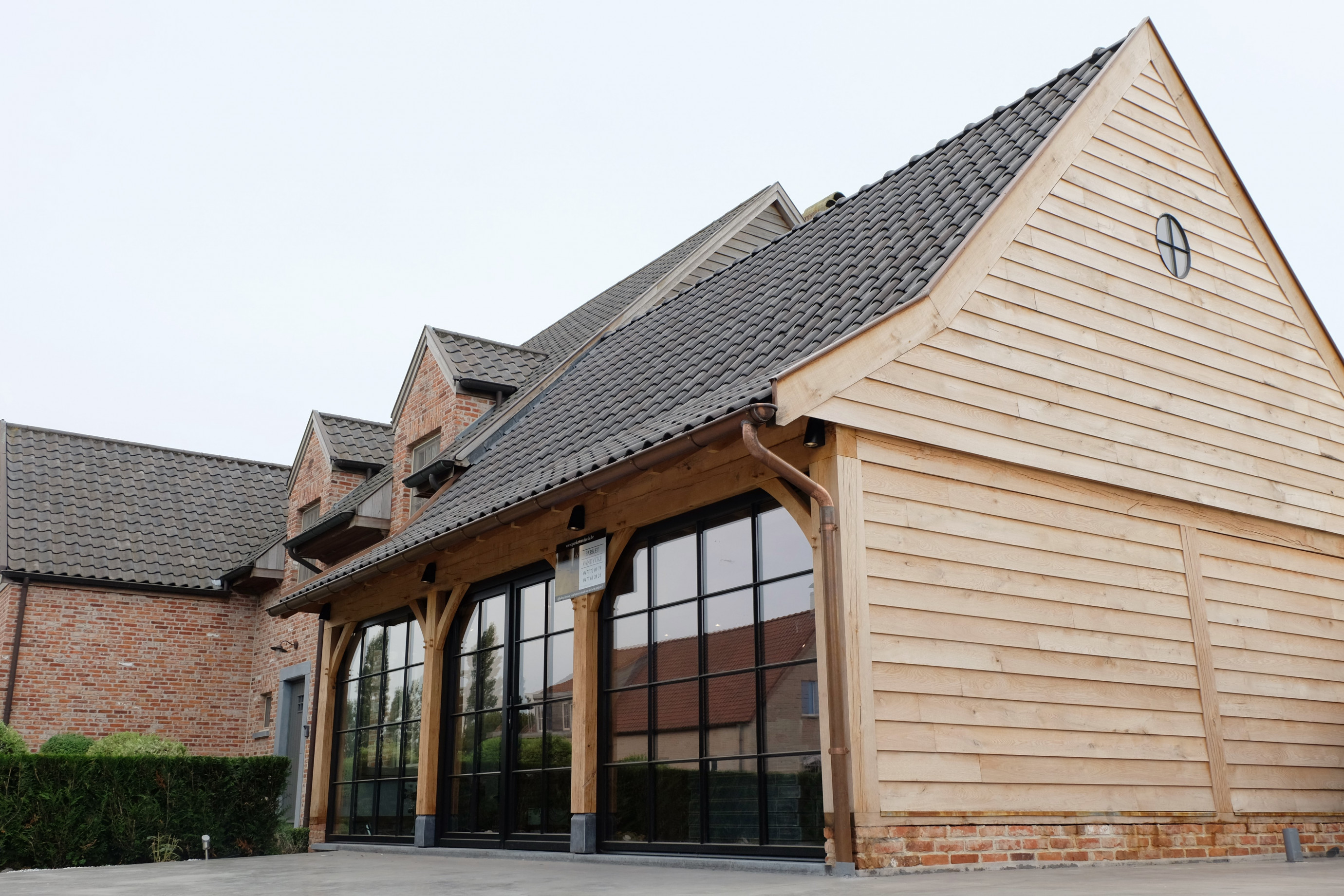Deze prachtige houten aanbouw in cottage stijl werd deskundig gerealiseerd door Vanhauwood. Voor de opbouw van de eiken aanbouw werd gebruik gemaakt van een op maat gemaakt eiken bouwpakket vervaardigd door Cornelis Hout.