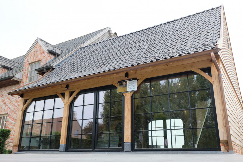 Deze prachtig rustieke eiken aanbouw werd deskundig gerealiseerd door Vanhauwood met behulp van het eiken bouwpakket vervaardigd door Cornelis Hout.