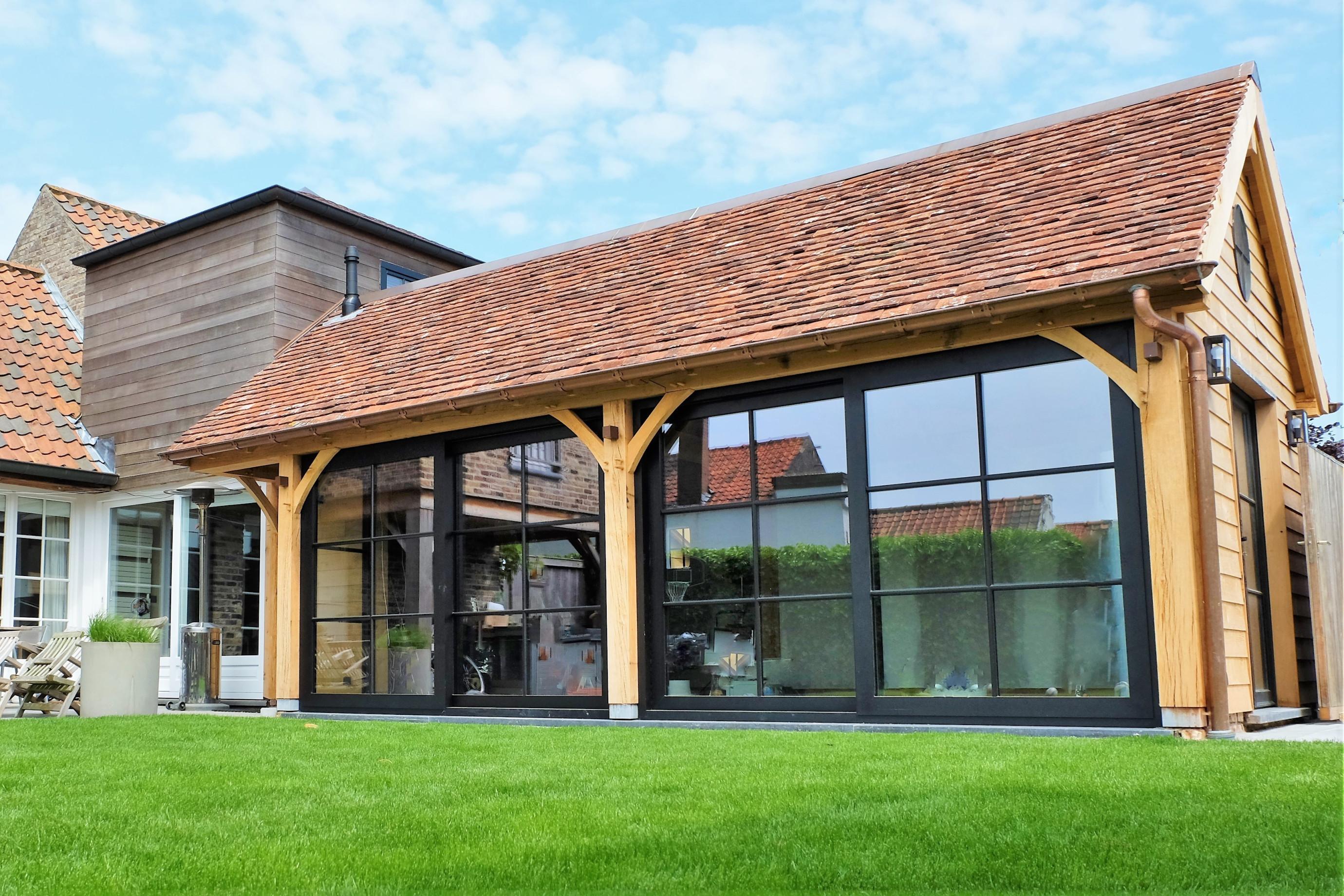 Dit prachtige eiken bijgebouw in cottage stijl werden deskundig gerealiseerd door Vanhauwood. Voor de opbouw van de eiken aanbouw werd gebruik gemaakt van een op maat gemaakt eiken bouwpakket vervaardigd door Cornelis Hout.