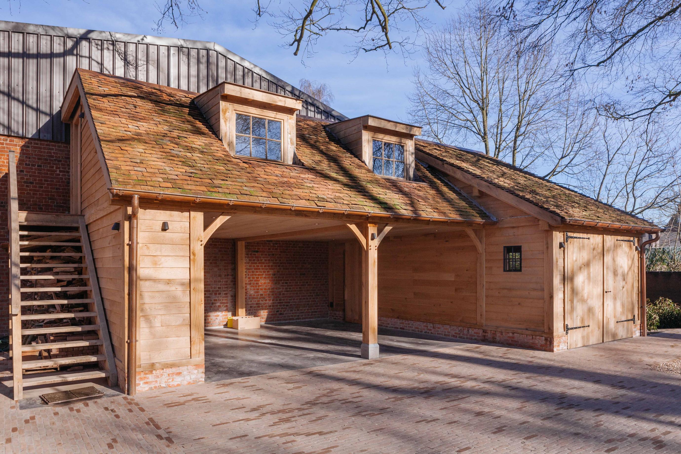 Deze prachtig eiken carport met guesthouse werd deskundig gerealiseerd door Vanhauwood met behulp van het eiken bouwpakket vervaardigd door Cornelis Hout.