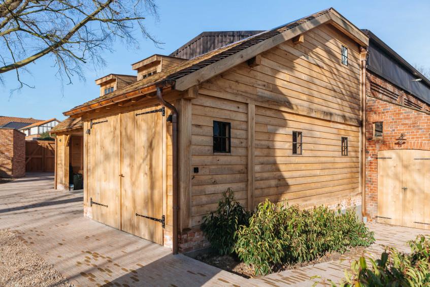 Deze prachtig eiken carport met guesthouse werd deskundig gerealiseerd door Vanhauwood. Voor de opbouw van het eiken bijgebouw werd gebruik gemaakt van een eiken bouwpakket op maat vervaardigd door Cornelis Hout.