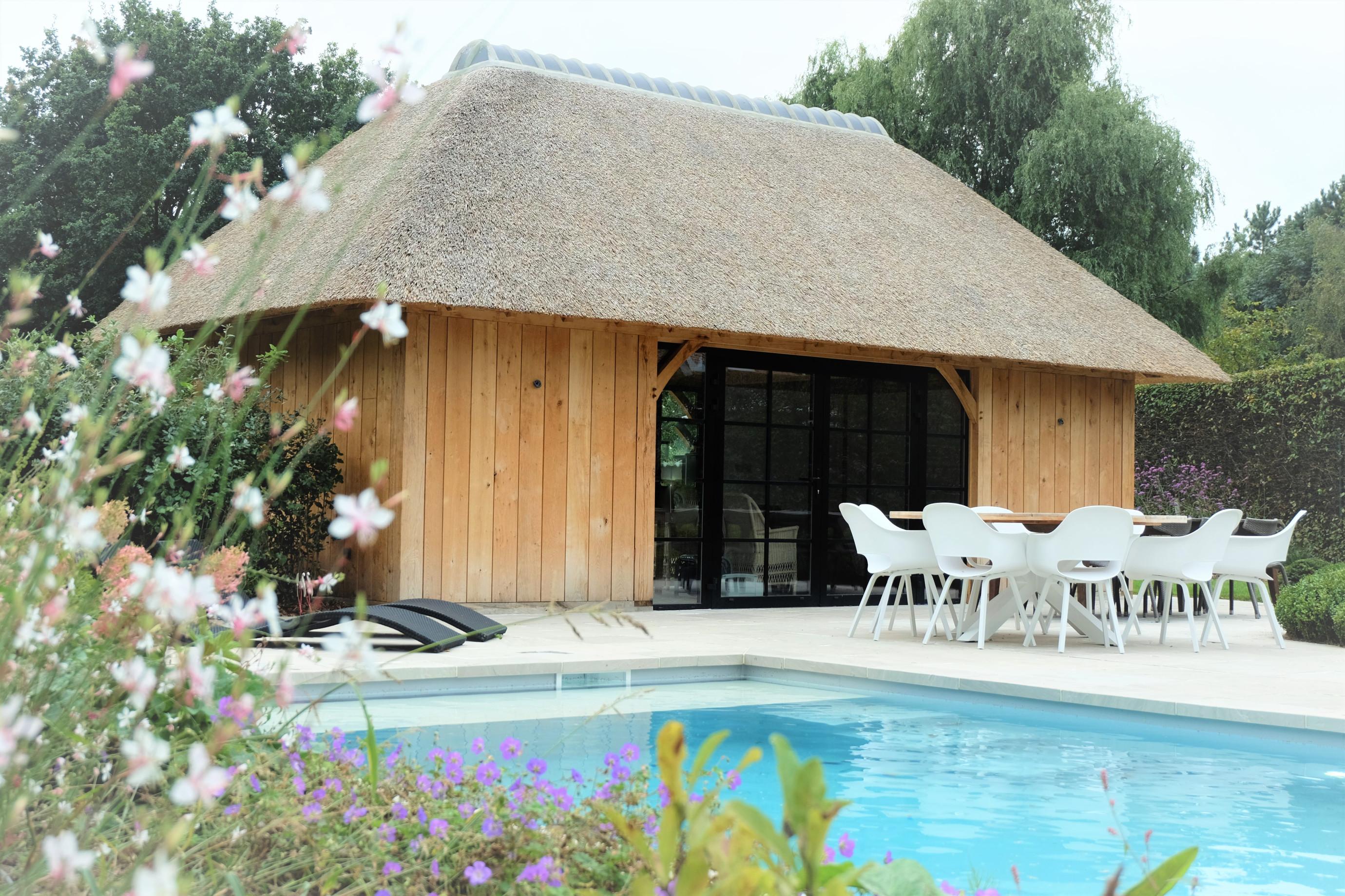 Dit magnifieke rustieke poolhouse werd vakkundig gerealiseerd door Vanhauwood. Voor de structuur maakten ze gebruik van een eiken bouwpakket vervaardigd door Cornelis Hout.