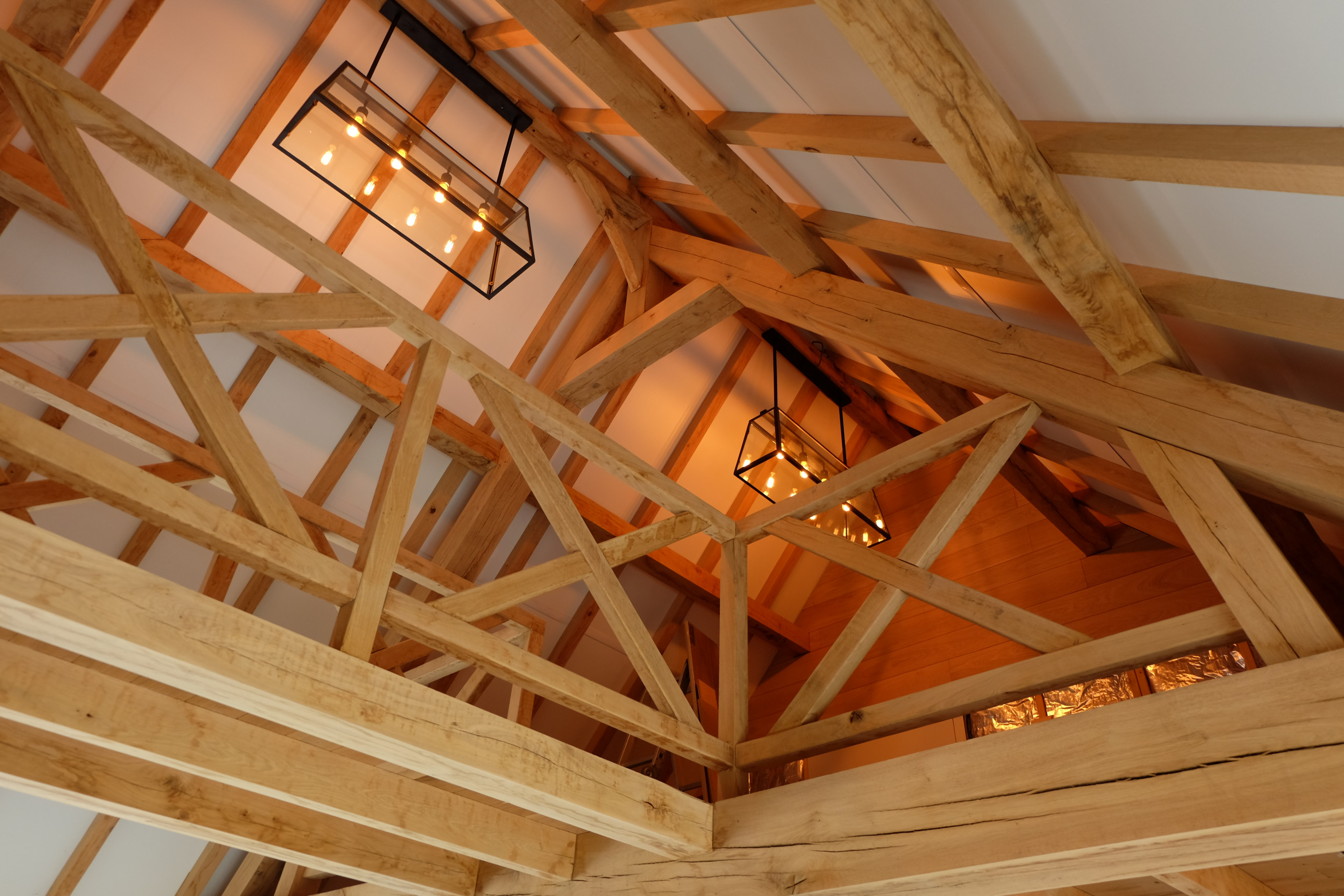 Prachtige guesthouse in eiken bijgebouw. Dit eiken bijgebouw werd gerealiseerd door Vanhauwood. Cornelis Hout zorgde voor het op maat gemaakte eiken bouwpakket voor de opbouw van de structuur en de eiken beplanking.