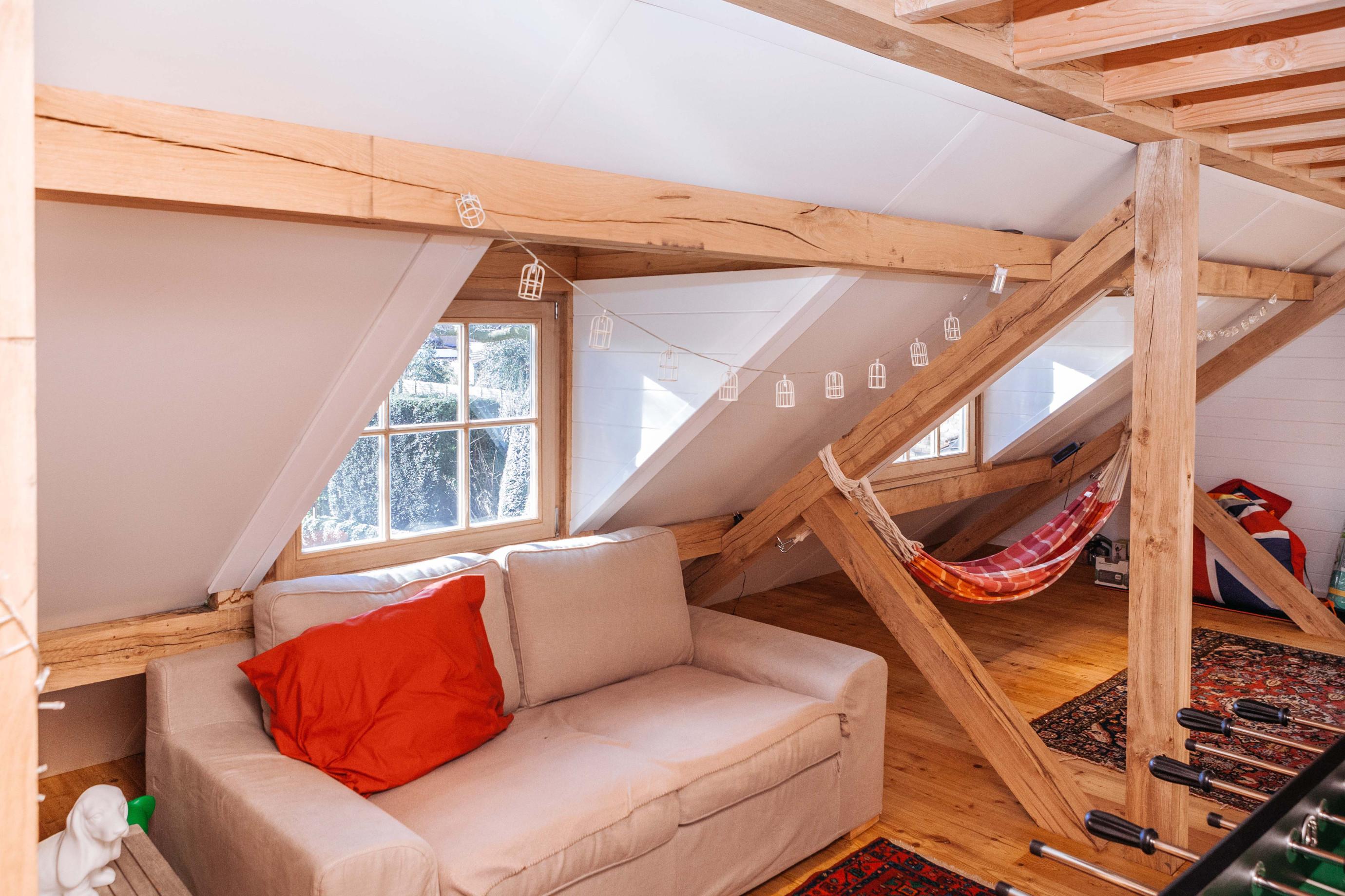 Het interieur van deze eiken carport met guest house werd prachtig afgewerkt door Vanhauwood. Voor de opbouw van de carport met guest house werd gebruik gemaakt van een eiken houten zelfbouwpakket vervaardigd door Cornelis Hout.