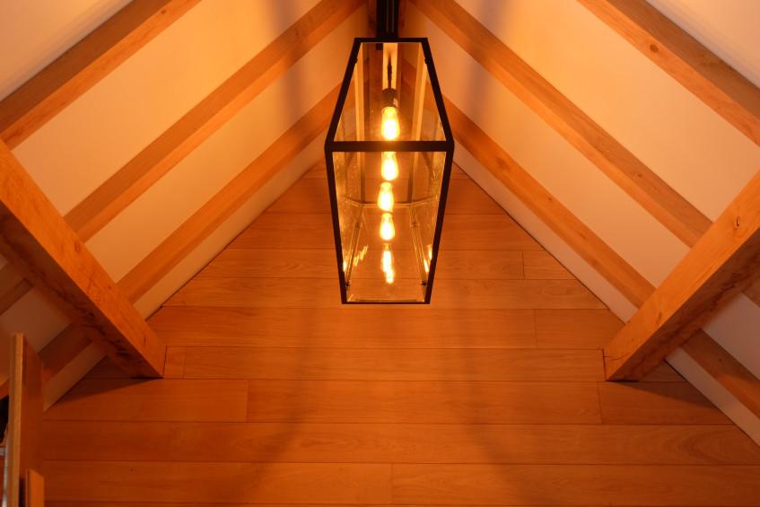 Dit landelijk bijgebouw werd met strakke verlichting ingericht door Vanhauwood. Cornelis Hout bezorgde het eiken bouwpakket voor de opbouw van het dak.