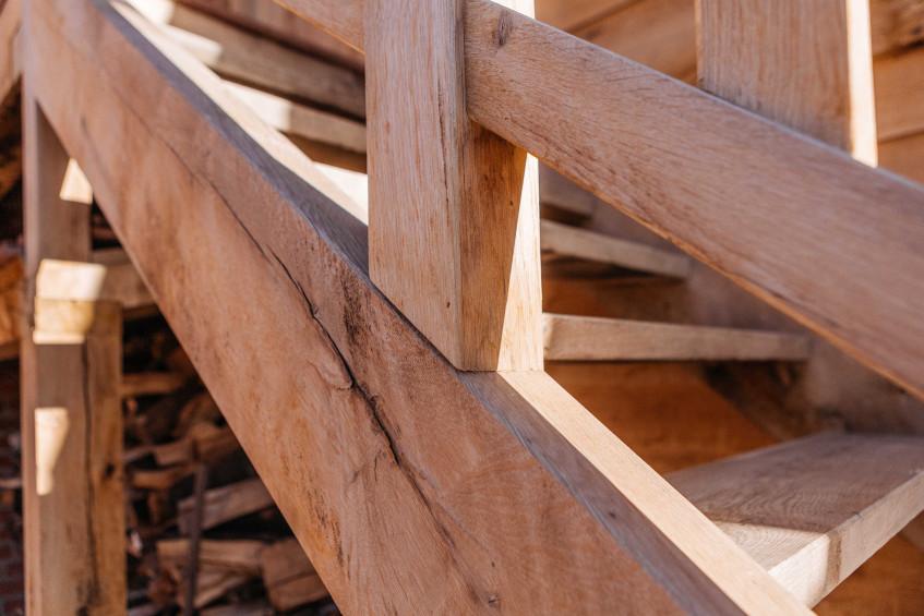 Vanhauwood realiseerde deze trap van deze eiken carport met guest house met behulp van een eikenhouten bouwpakket op maat van Cornelis Hout.
