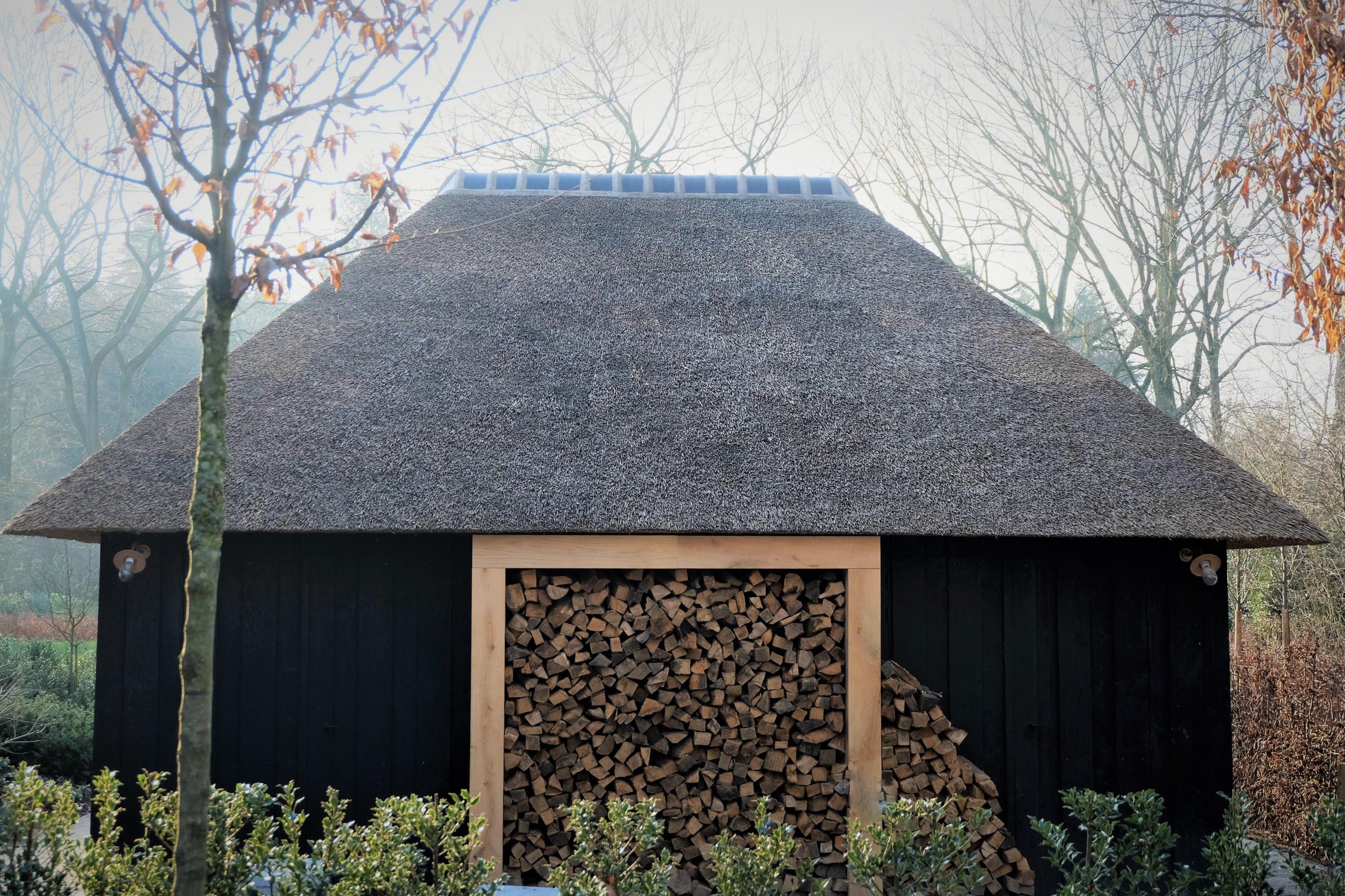 Dit magnifieke zwarte poolhouse werd vakkundig gerealiseerd door Vanhauwood. Voor de structuur maakten ze gebruik van een eiken bouwpakket vervaardigd door Cornelis Hout.