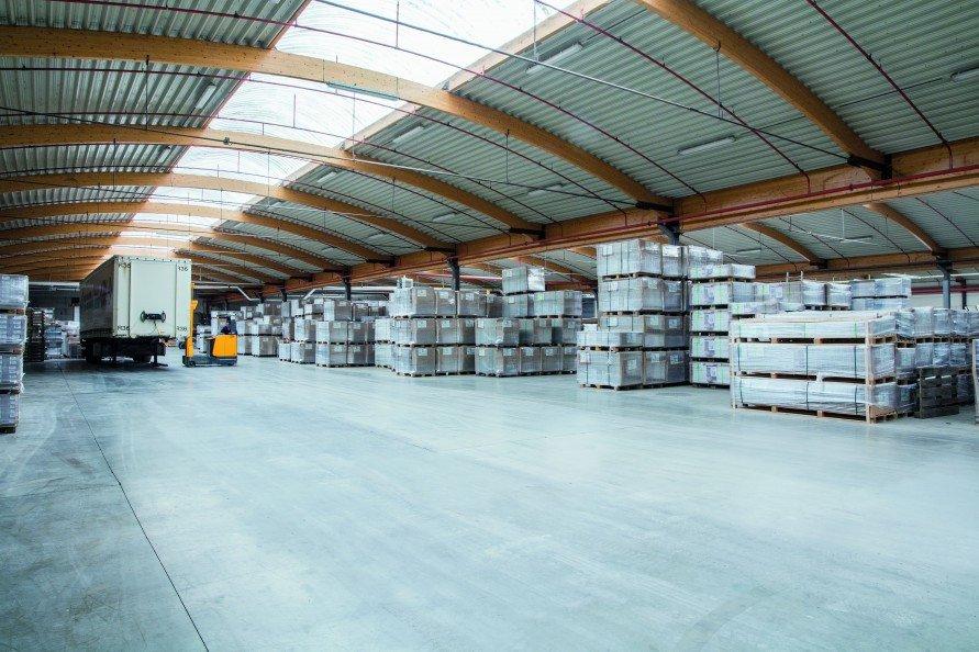 groot magazijn paletten en oplegger_891x0.jpg
