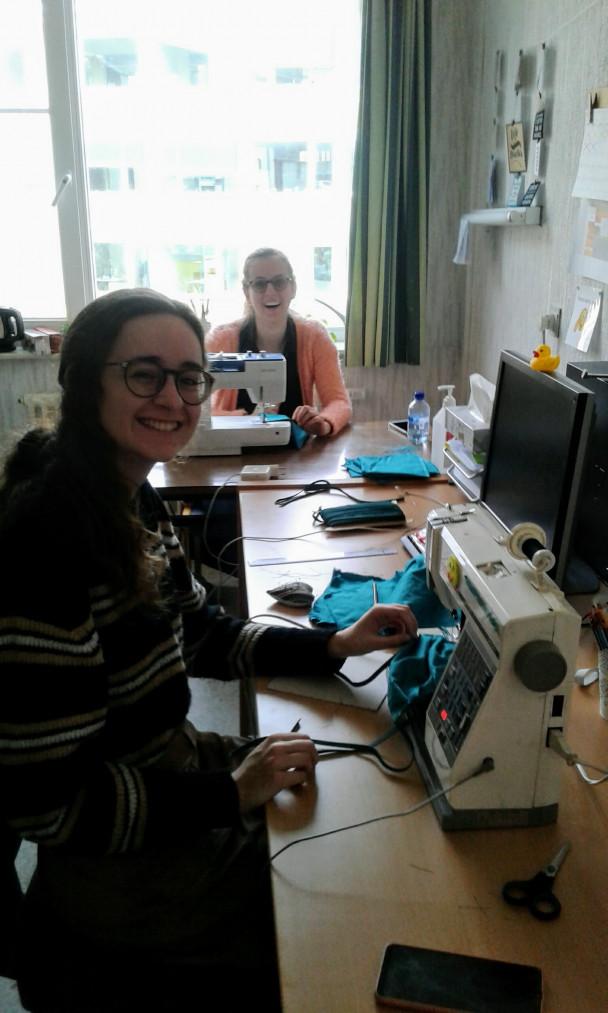 Jonge vrouwen maken mondmaskers met naaimachine