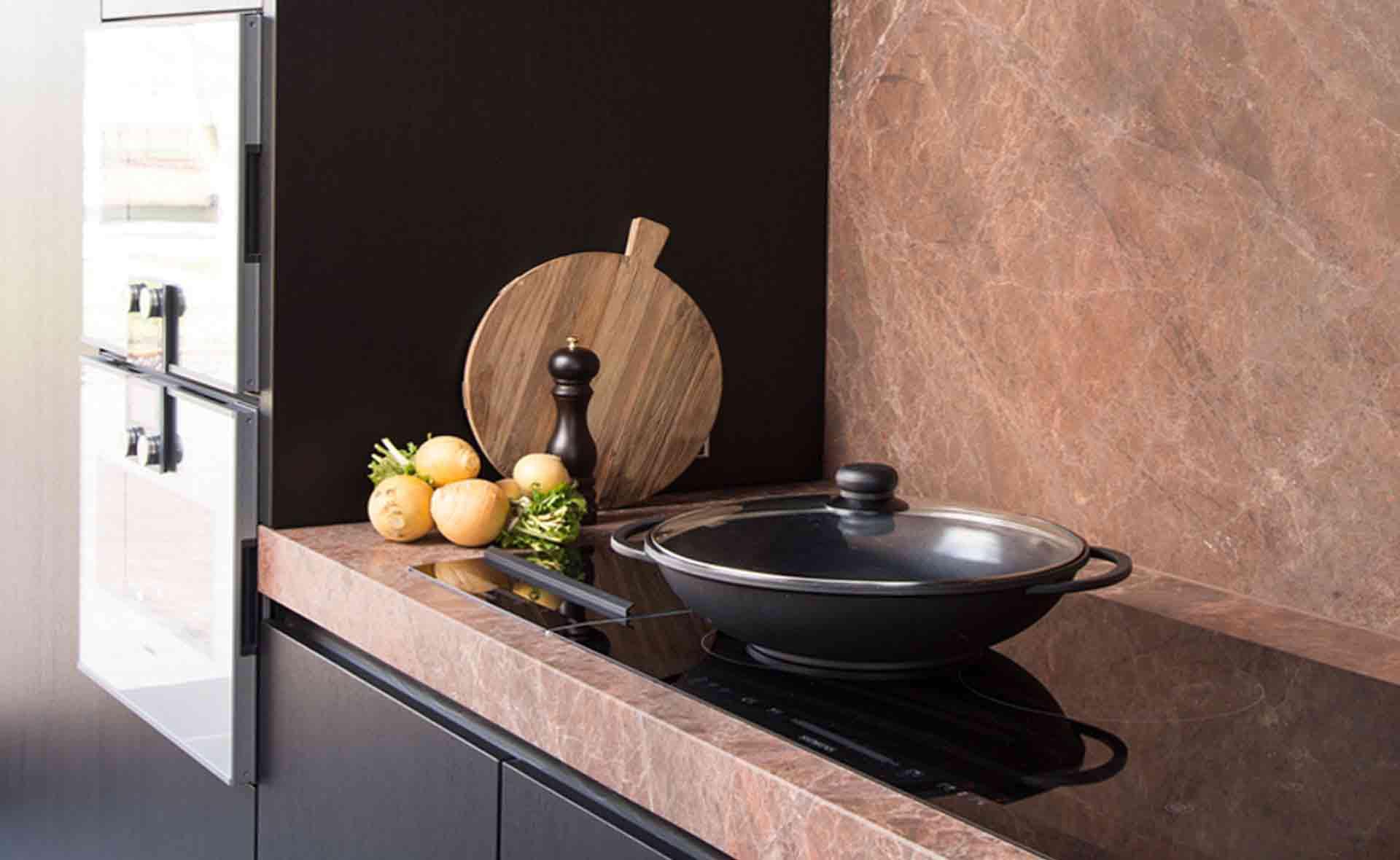 Dekeyzer-hedendaagse-keuken-bruine-tinten-2.jpg