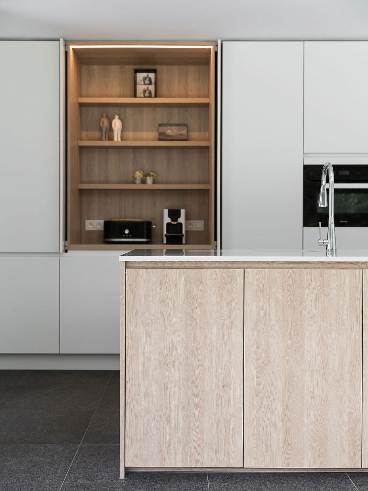 Dekeyzer-hedendaagse-keuken-greeploos-satijnlak-houtdecor-3.jpg