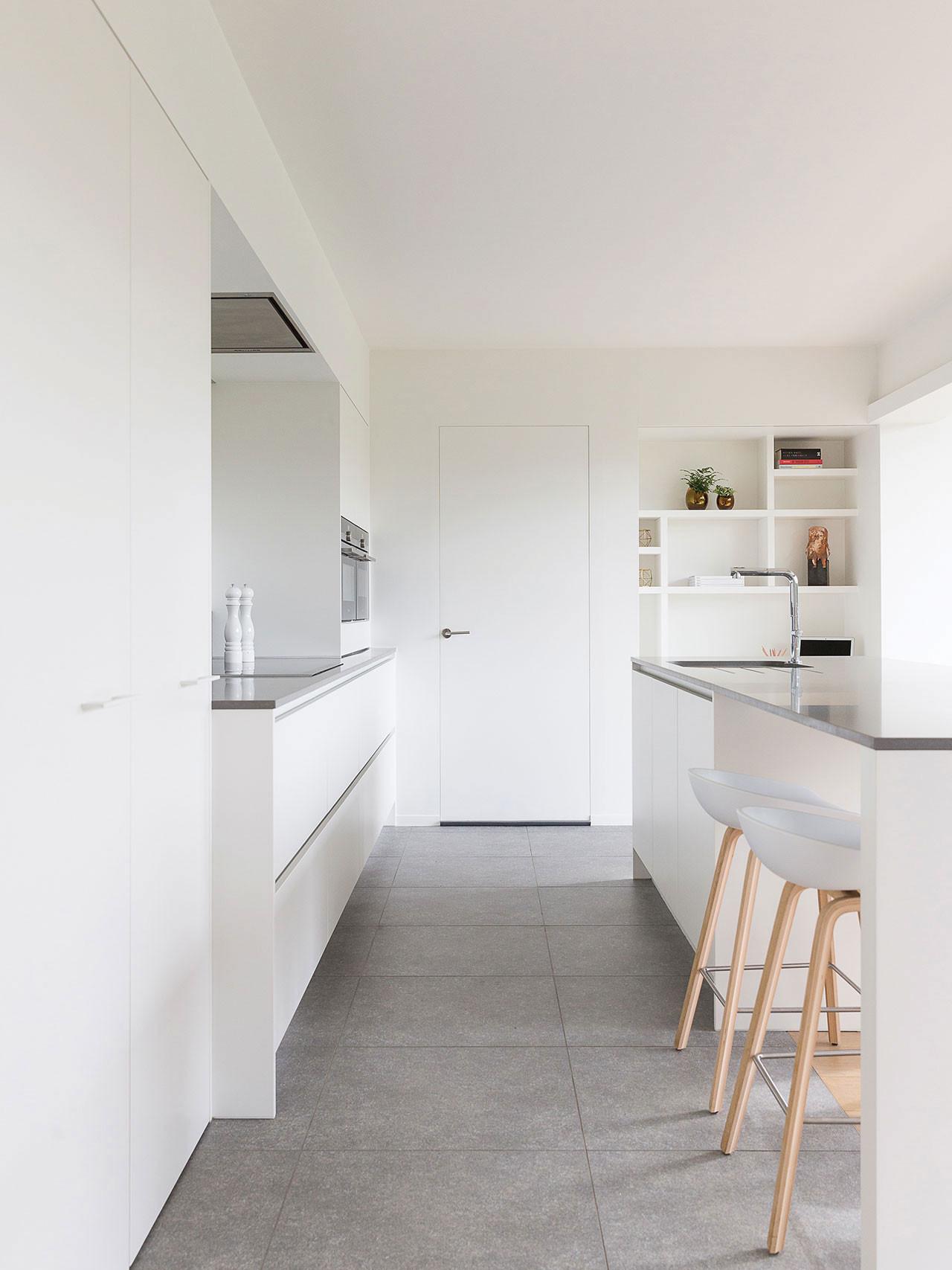 Dekeyzer-hedendaagse-keuken-poederlak-wit-composiet-4.jpg