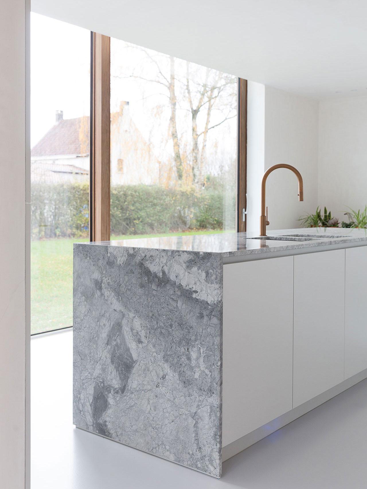 Dekeyzer-hedendaagse-keuken-realisatie-Gent-natuursteen-4.jpg