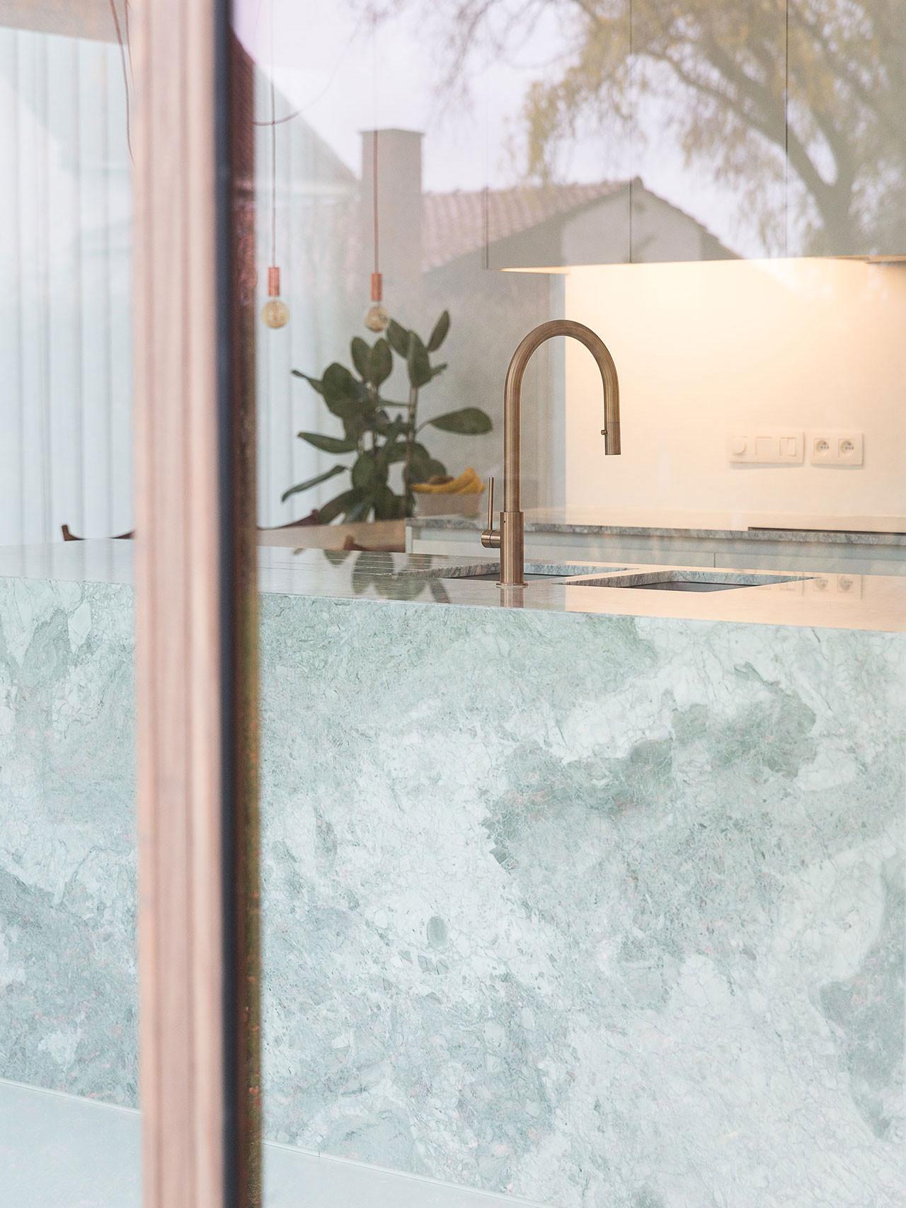 Dekeyzer-hedendaagse-keuken-realisatie-Gent-natuursteen-8.jpg
