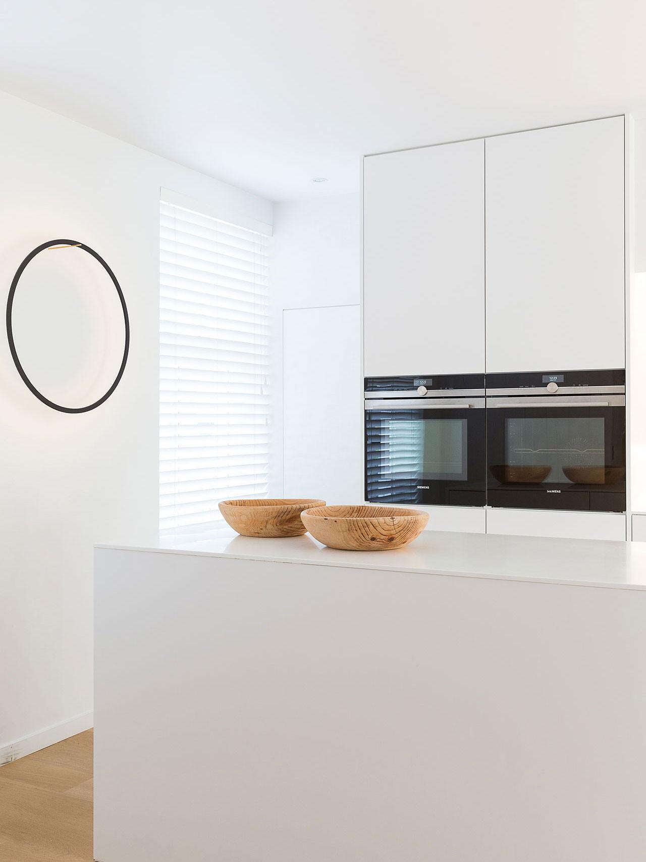Dekeyzer-hedendaagse-keuken-satijnlak-wit-corian-6.jpg