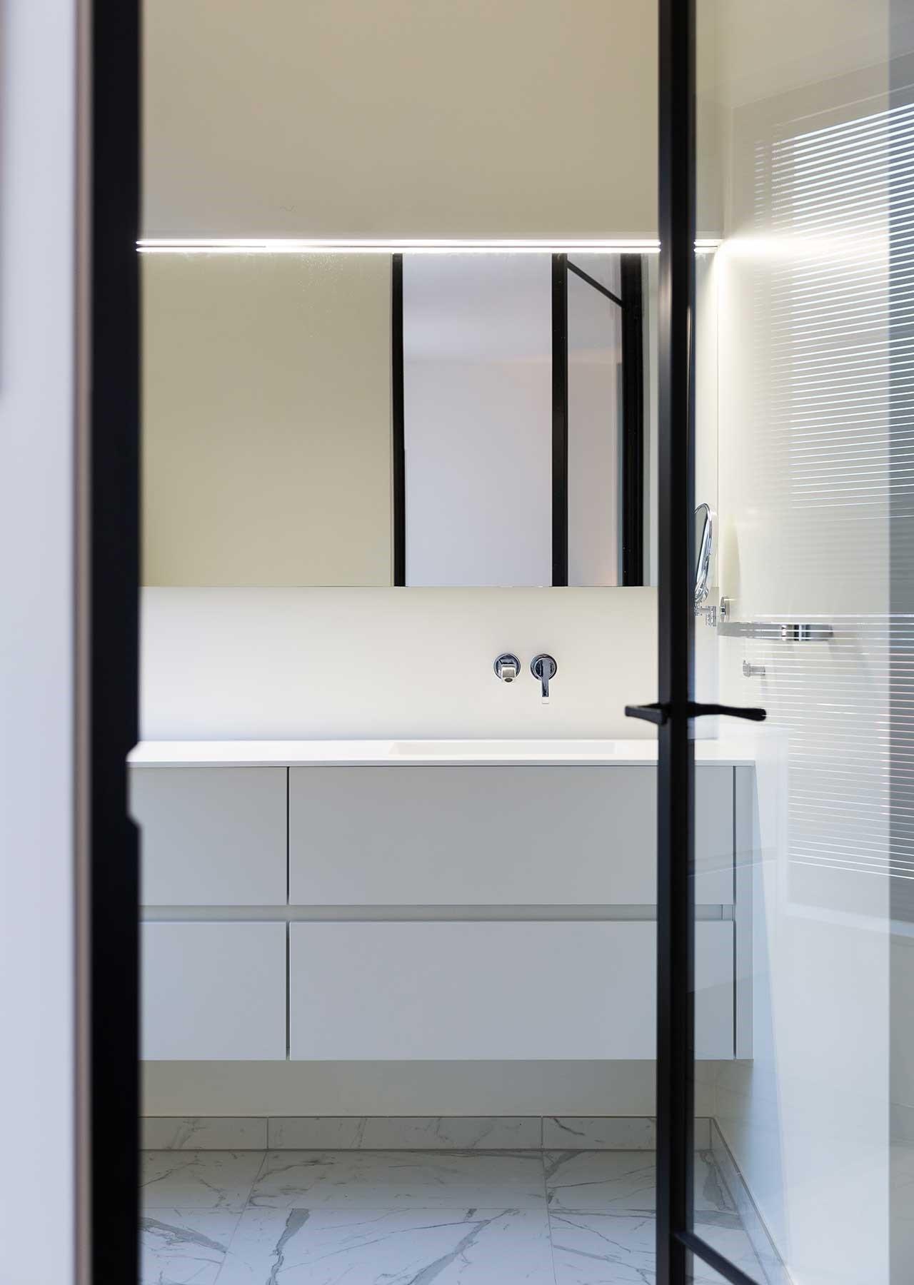 Totaalinrichting-badkamer-appartement-Kortrijk-1.jpg