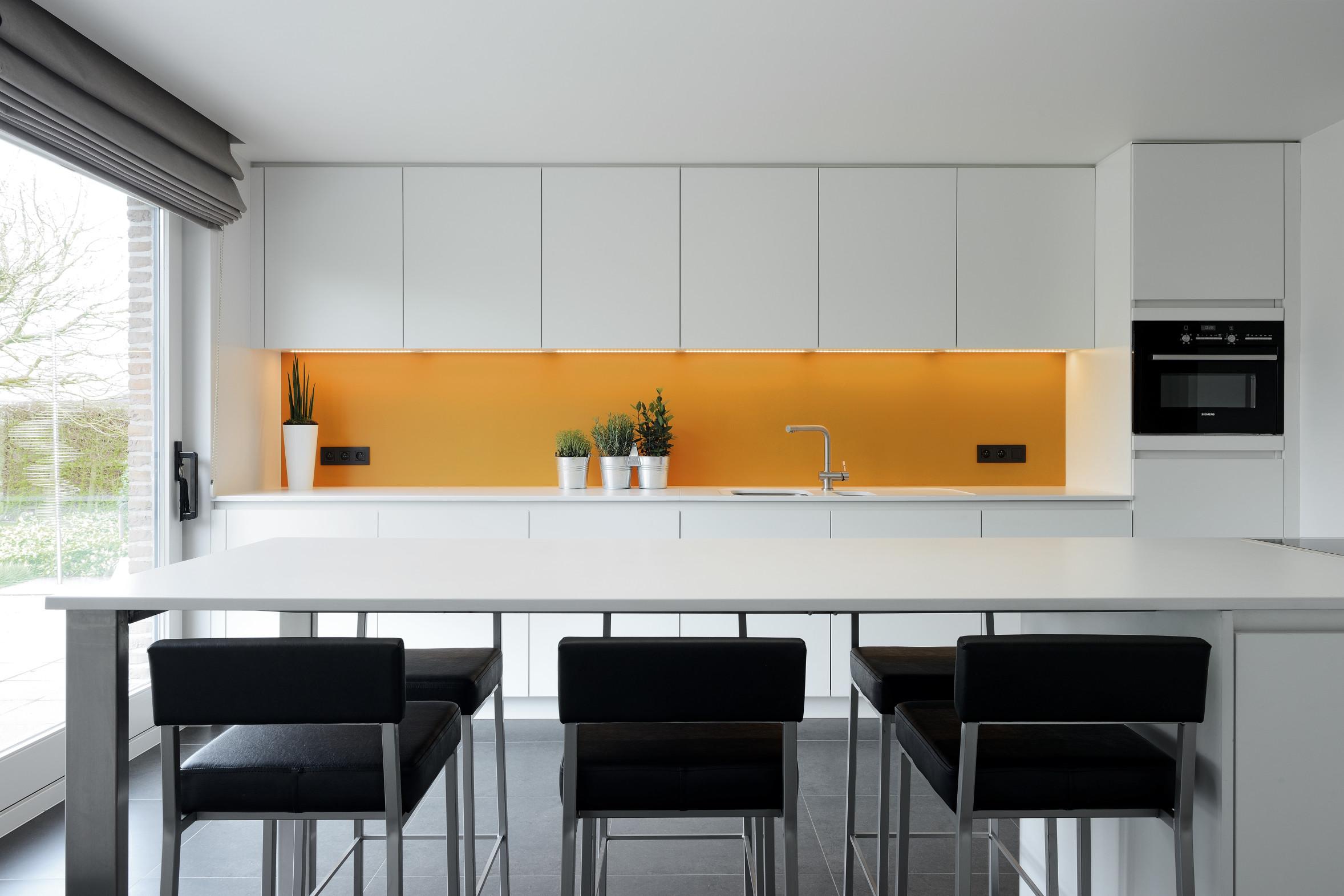 1 strakke moderne keuken wit geel zwart.jpg