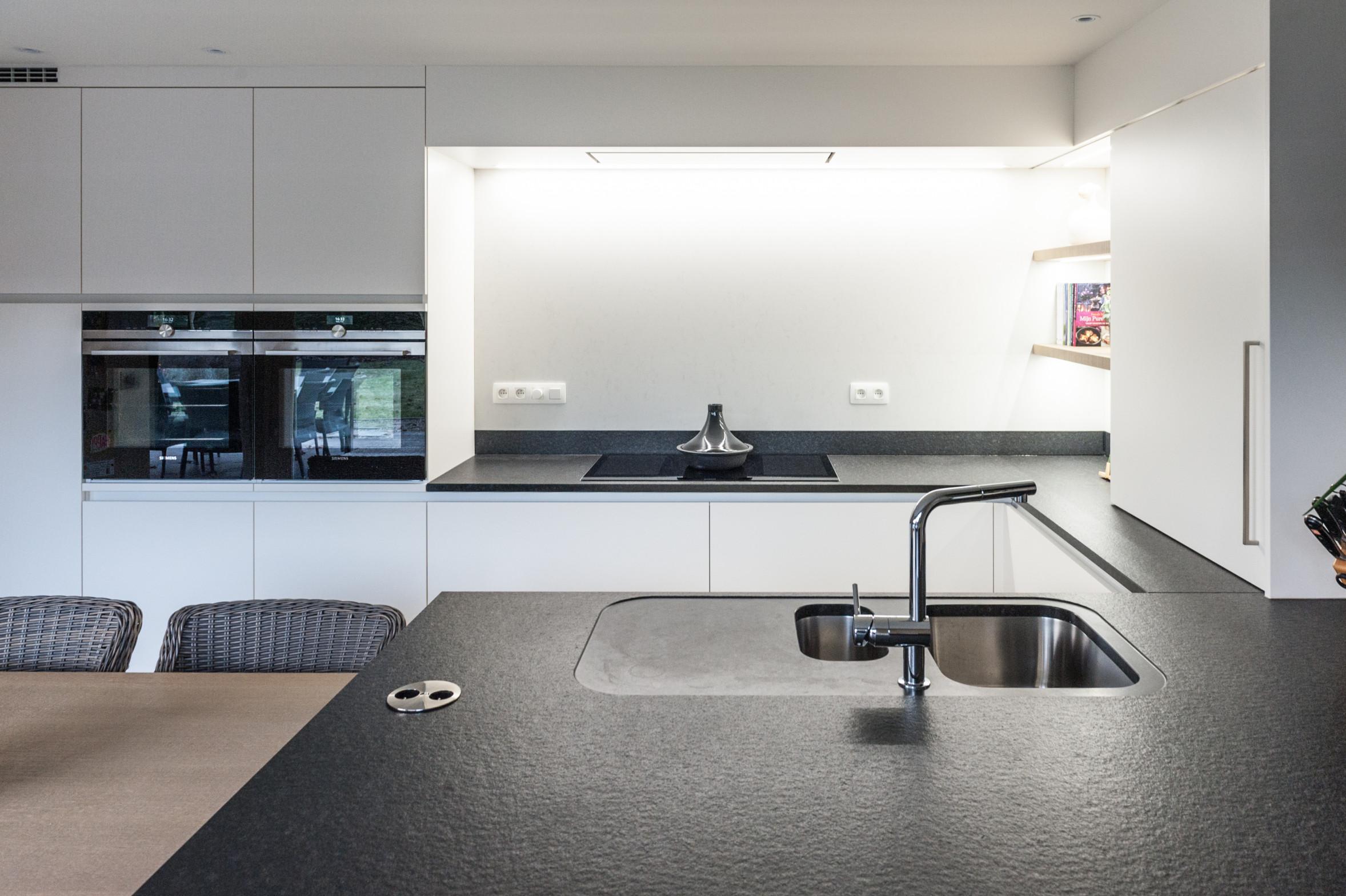 37 keuken wit zwart hout modern.jpg