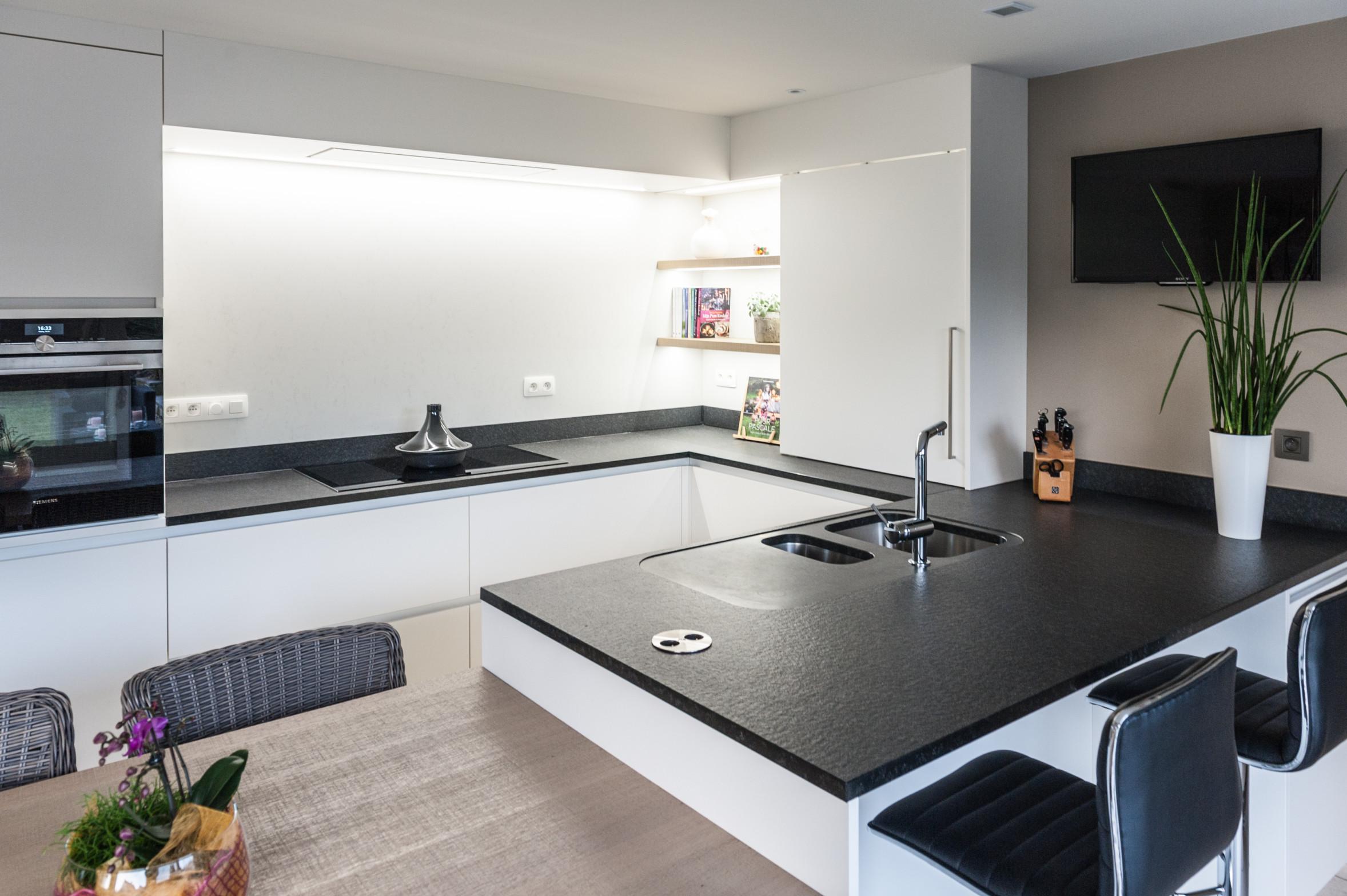 38 keuken wit zwart hout graniet modern zuid west vlaanderen.jpg