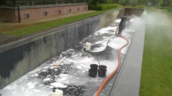 Cleaning vijver met zware kalkvervuiling