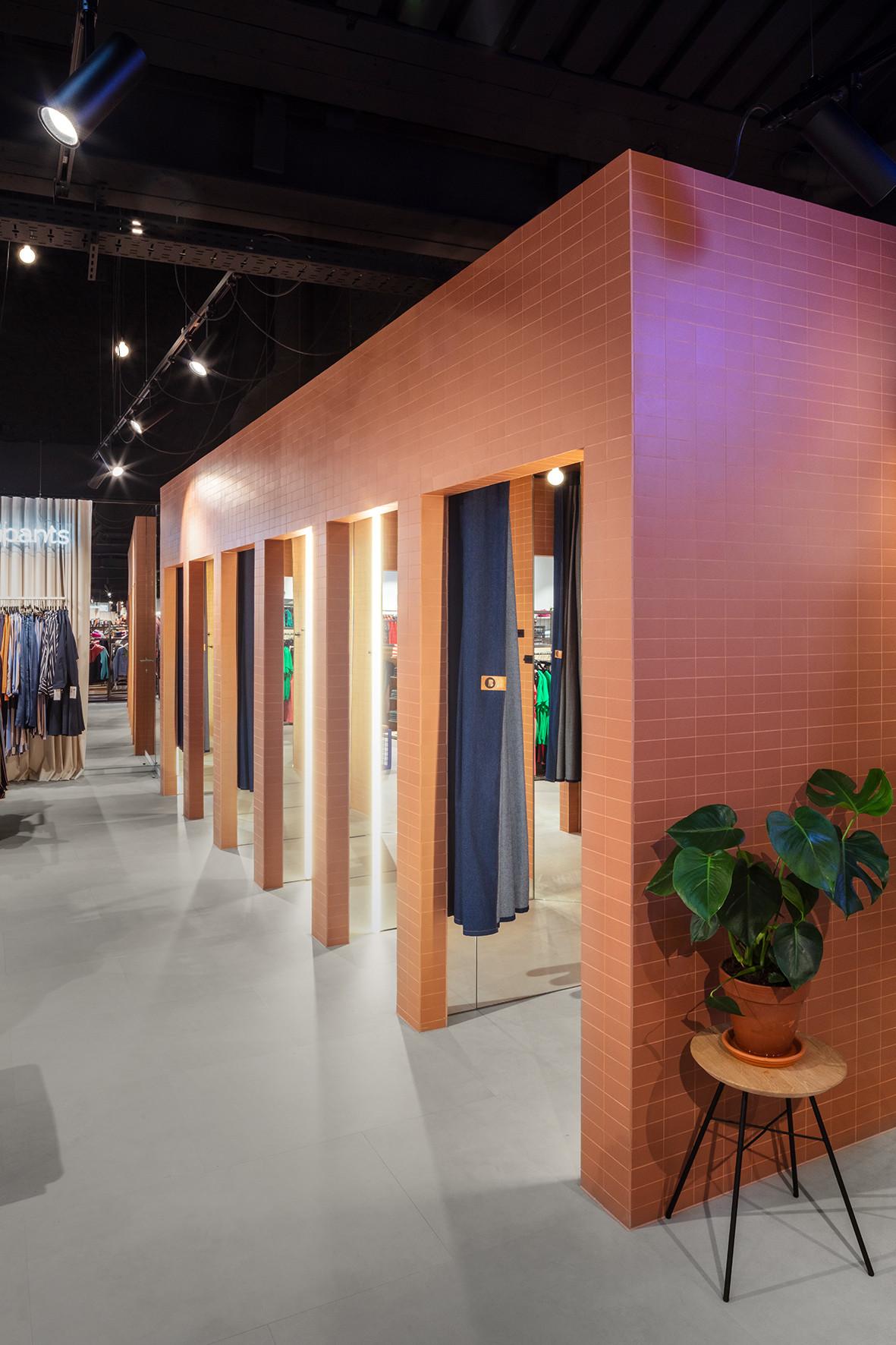 Pants, brands & les dalles en look béton Floorify: A perfect combo