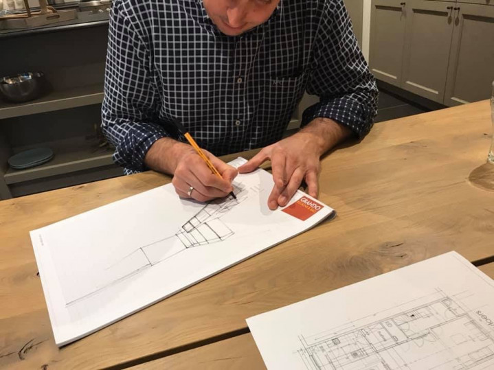 Dieter aan het tekenen.jpg