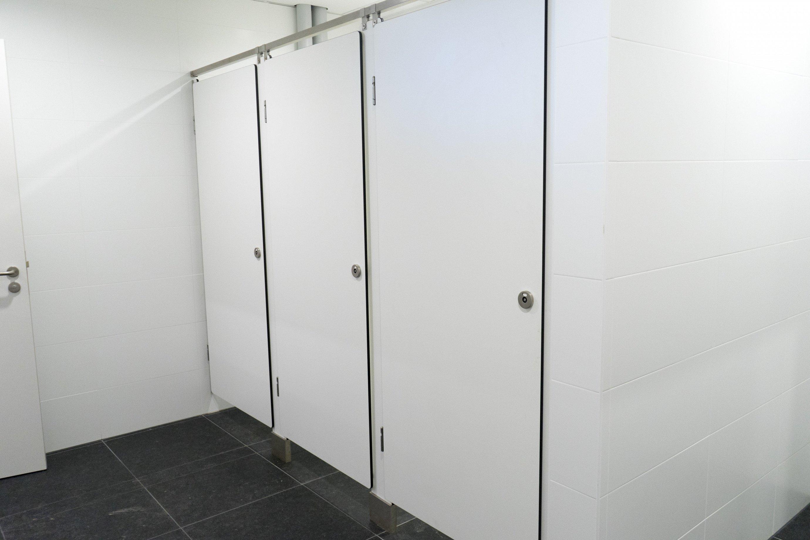 Afwerking toiletten in samenwerking met Intersan