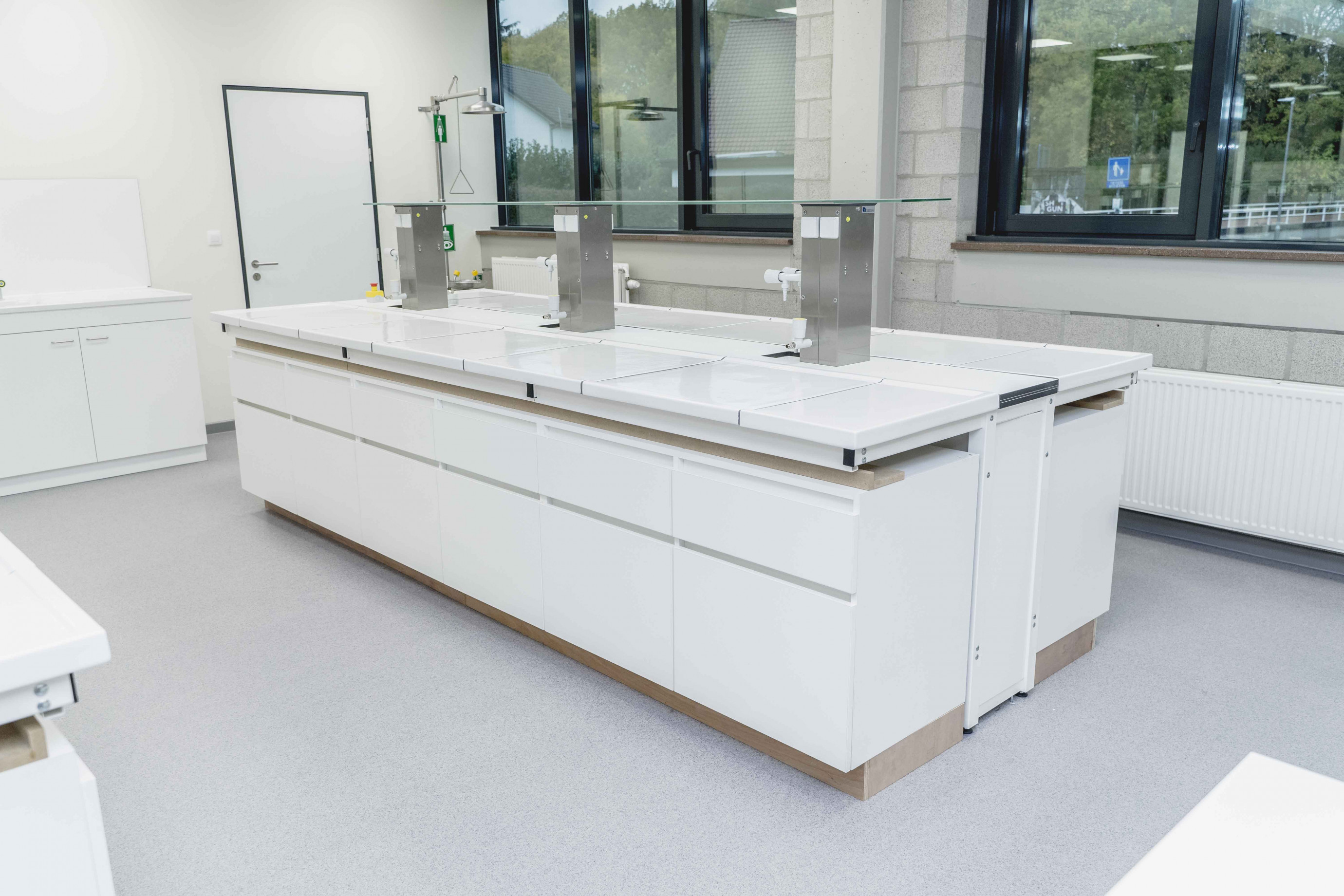 Labomeubilair: tafel type T - kasten voorzien door studenten Sila Westerlo