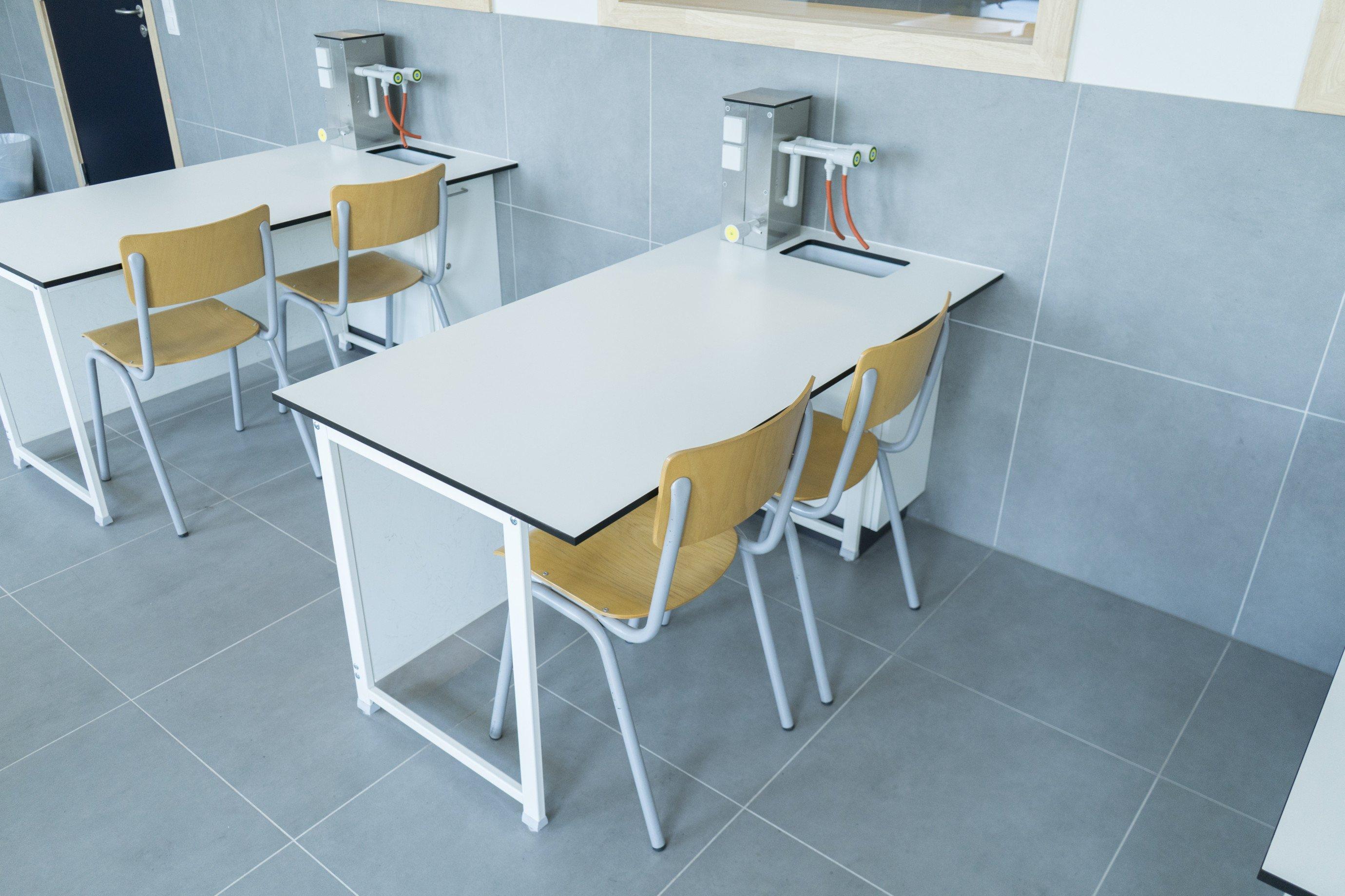 Inrichting laboklas: leerlingentafel met energiezuil