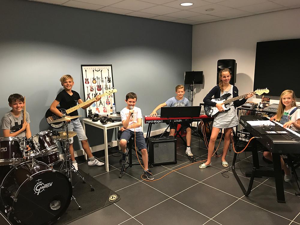 Bandcoaching 2, band off stage, muziek, muziekhuis, popmuziek, muziekschool, piano, basgitaar, gitaar, zang, drum