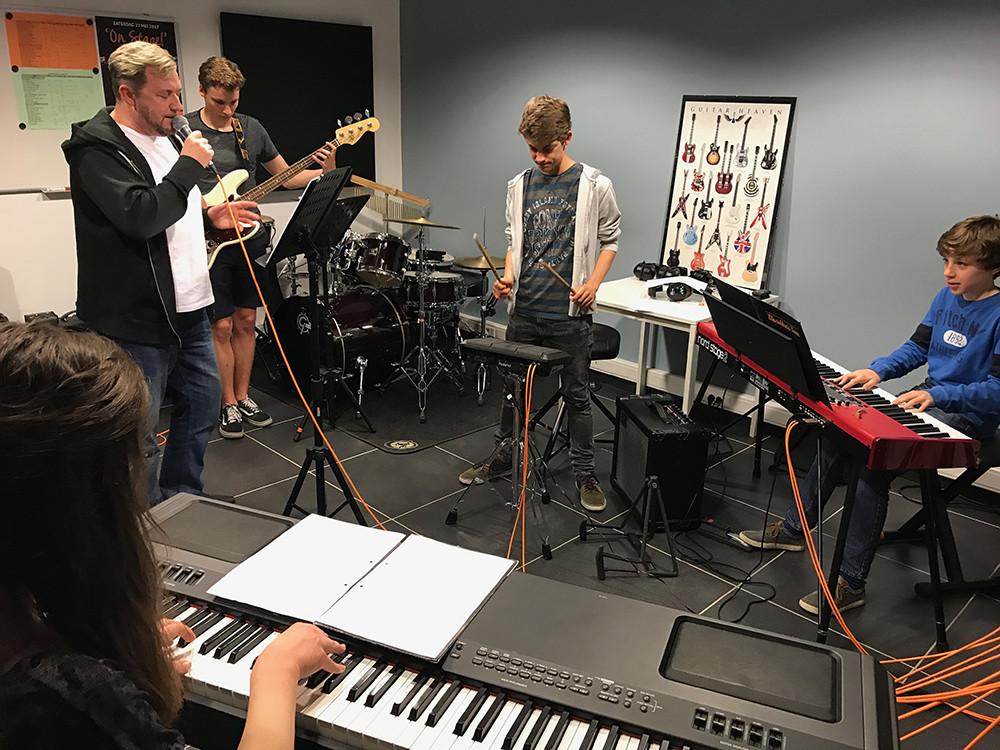 Bandcoaching 3, band off stage, muziek, muziekhuis, popmuziek, muziekschool, piano, gitaar, zang
