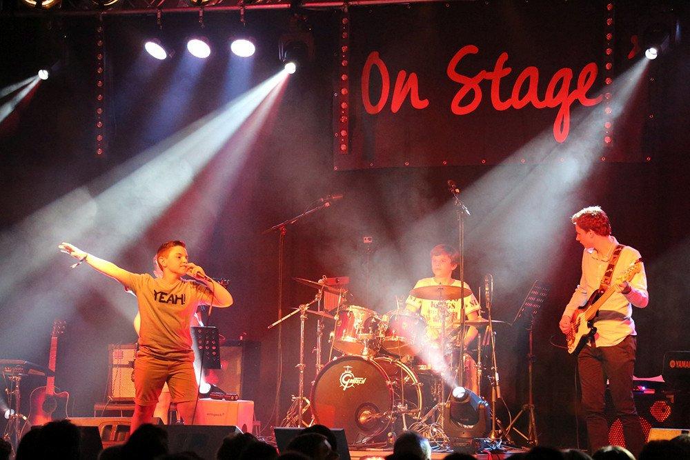 Bandcoaching 4, band on stage, muziek, muziekhuis, popmuziek, muziekschool, gitaar, zang, drum