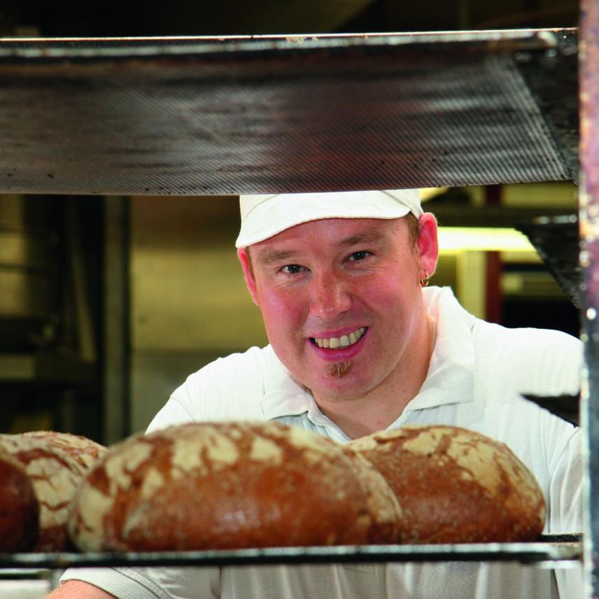 Wit brood: onze West-Vlaamse broodleverancier werkt met passie voor zijn vak. Ze gebruiken al hun ervaring en vakmanschap. Aan de basis liggen originele recepten die met veel zorg bereid en afgewerkt worden.