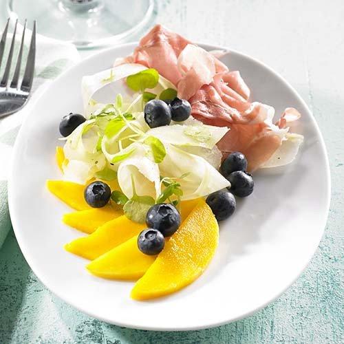 Mangocarpaccio met rauwe ham en koolrabislaatje.jpg