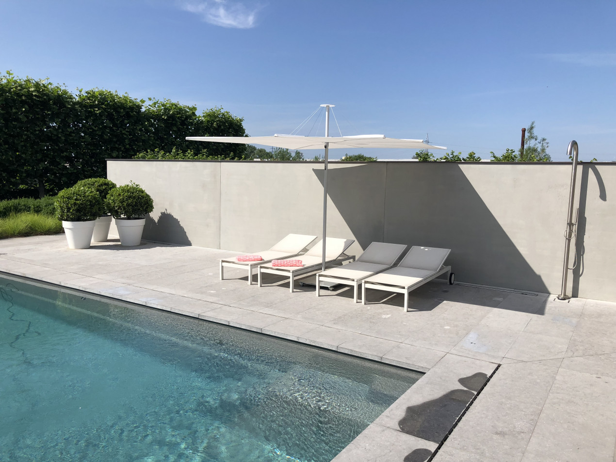 In the sun or in the shade, the Infina garden parasol is the finishing touch of your outside place.