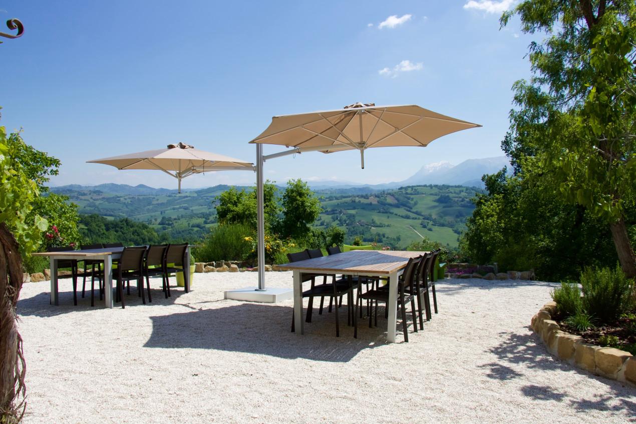 Duo paraflex parasol in het zonnige Italië. Geeft veel schaduw en is zeer flexibel.