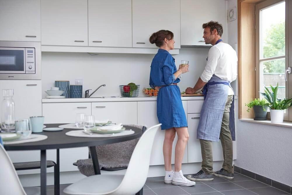Samen gezellig koken in de gerieflijke keuken van onze vakantiewoningen in Oostduinkerke.